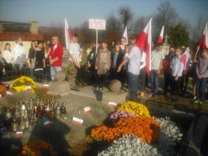 Uczniowie przy grobie żołnierzy